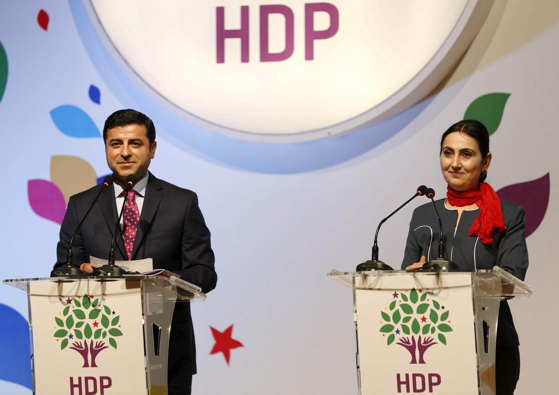 Selahattin Demirtas y Figen Yuksekdag, presidentes del prokurdo HDP, en una rueda de prensa en Estambul, en una imagen de archivo.