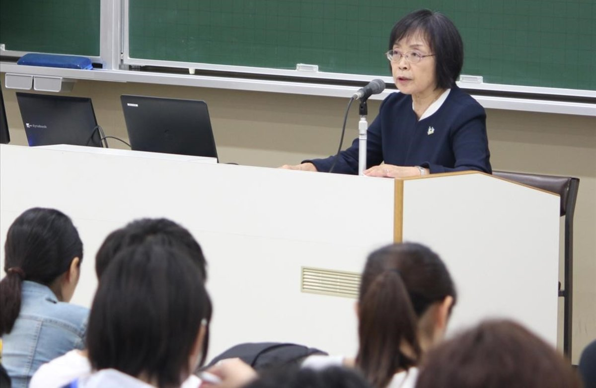 La señora Michiyo Nishigaki, madre de un joven japonés fallecido por exceso de trabajo, durante una charla sobre 'karoshi' en la Universidad Kwansei Gakuin.