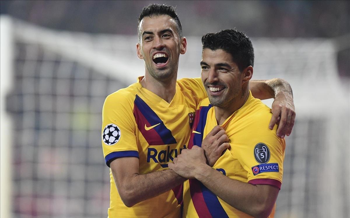 Sergio Busquets celebra con Luis Suárez el segundo gol azulgrana