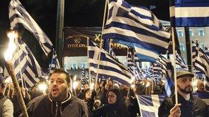 Simpatizantes de Amanecer Dorado en una manifestación de Grecia.