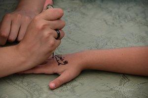 Taller de tatuajes de henna para la acogida de los niños saharauis en Rubí.