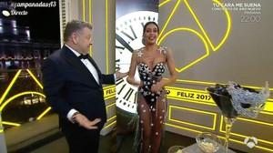 Alberto Chicote y Cristina Pedroche, en la retransmisión de las campanadas de Antena 3 del 2016.