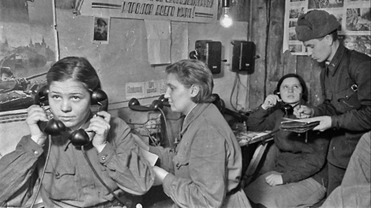 Telefonistas del Ejército Rojo trabajandoen Stalingrado, en diciembre de 1942,en una imagen del libro de Jochen Hellbeck.