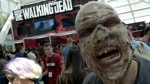 Un zombi promociona el videojuego de la serie de televisión The walking dead.