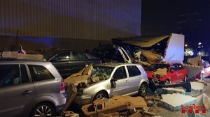 En Terrassa, el viento provocó la caída de un muro de una nave industrial sobre cuatro vehículos estacionados.