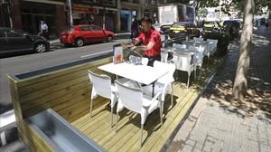 Nuevas plataformas en la calzada para colocar las terrazas de los bares de la calle de Marina.