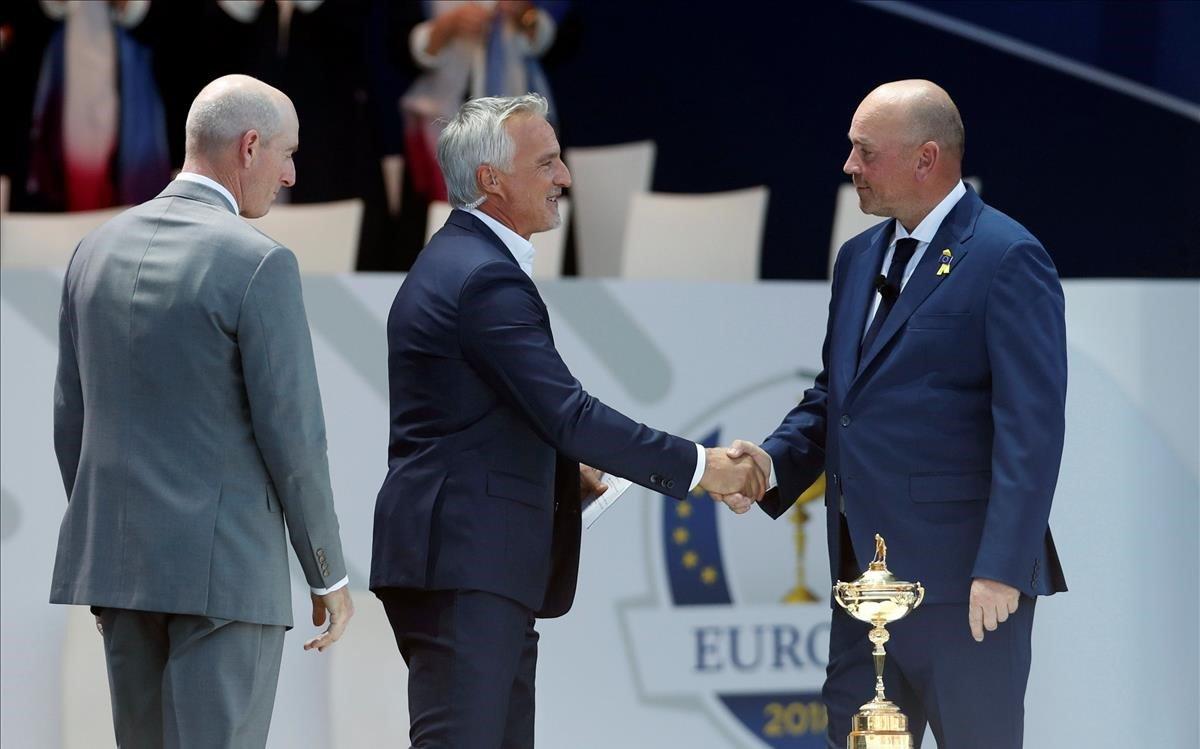 Thomas Bjorn, capitán europeo, y Jim Furyk, de EEUU, se saludan en la ceremonia inaugural