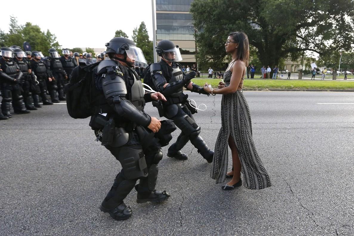 Tomando partido en Baton Rouge, de Jonathan Bachman, donde Leshia Evans permanece sola ante los antidisturbios en una manifestación contra la brutalidad policial en Luisiana, en julio del 2016.