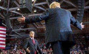 Trump saluda al presentador de televisión Sean Hannity en un mitin en Cape Girardeau, en Misuri, este lunes.