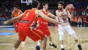 El turcoBugrahan Tuncer intenta jugada ante Llovet y Brizuela en el España-Turquía de Tenerife.