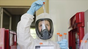Una investigadora realiza pruebas en Rusia de una vacuna contra el covid-19.