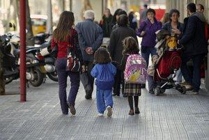 Una niña viste falda de un uniforme escolar.
