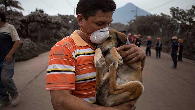 La vida y la muerte bajo las cenizas del volcán de Fuego en Guatemala