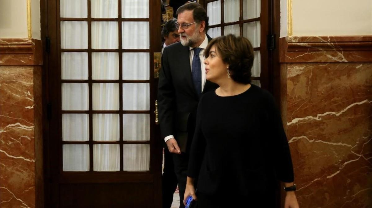 El presidente del Gobierno, Mariano Rajoy, y la vicepresidenta, Soraya Sáenz de Santamaría, este miércoles en la sesión de control al Ejecutivo.