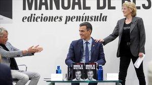 Pedro Sánchez, junto a Jesús Calleja y Mercedes Milà, este jueves durante la presentación de su libro.