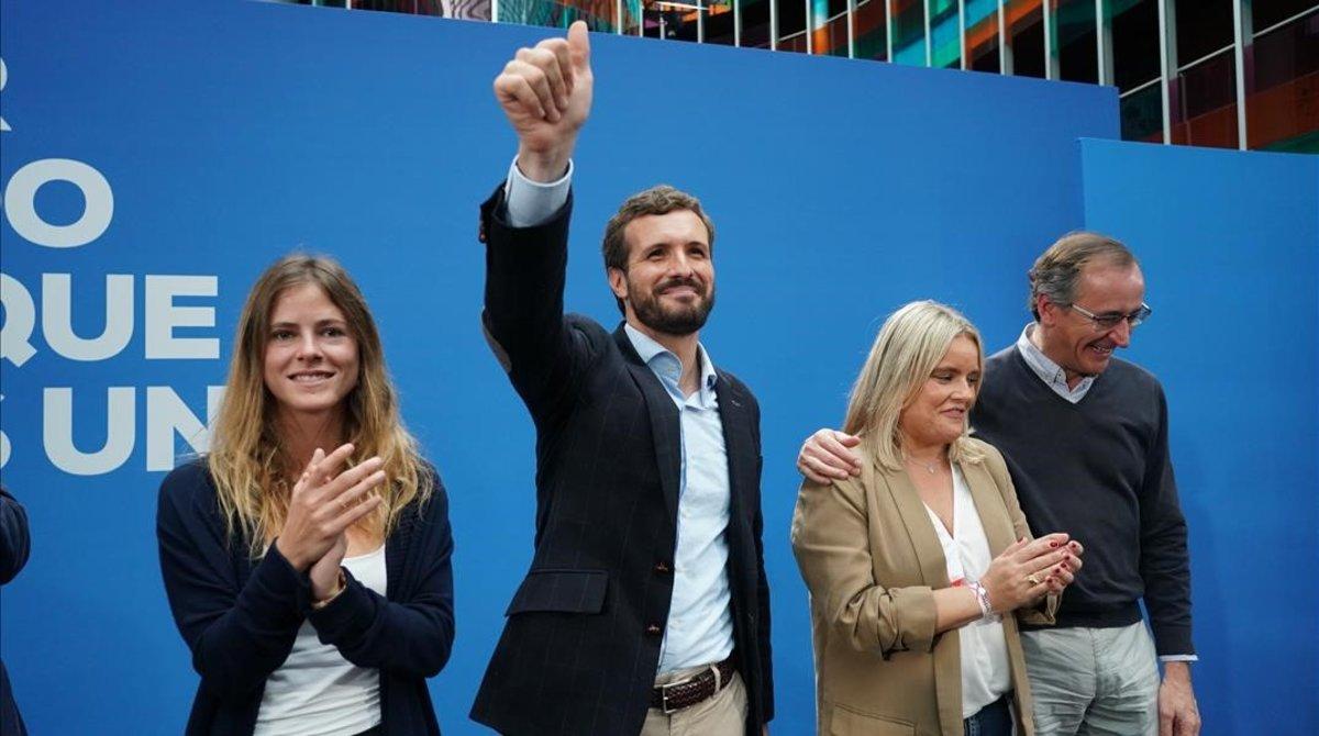 Pablo Casado, en el centro, con los políticos del PP vasco Beatriz Fanjul (izquierda de la foto),Mari Mar Blancoy Alfonso Alonso.