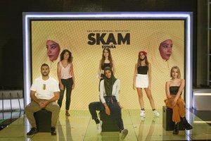 Las protagonistas de 'Skam España' junto a Begoña Álvarez y Rafael Taboada. /Concha de la Rosa