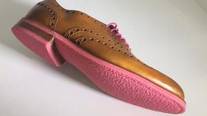 Uno de los zapatos con suela de chicle reciclado creados por la empresa de Anna Bulls.