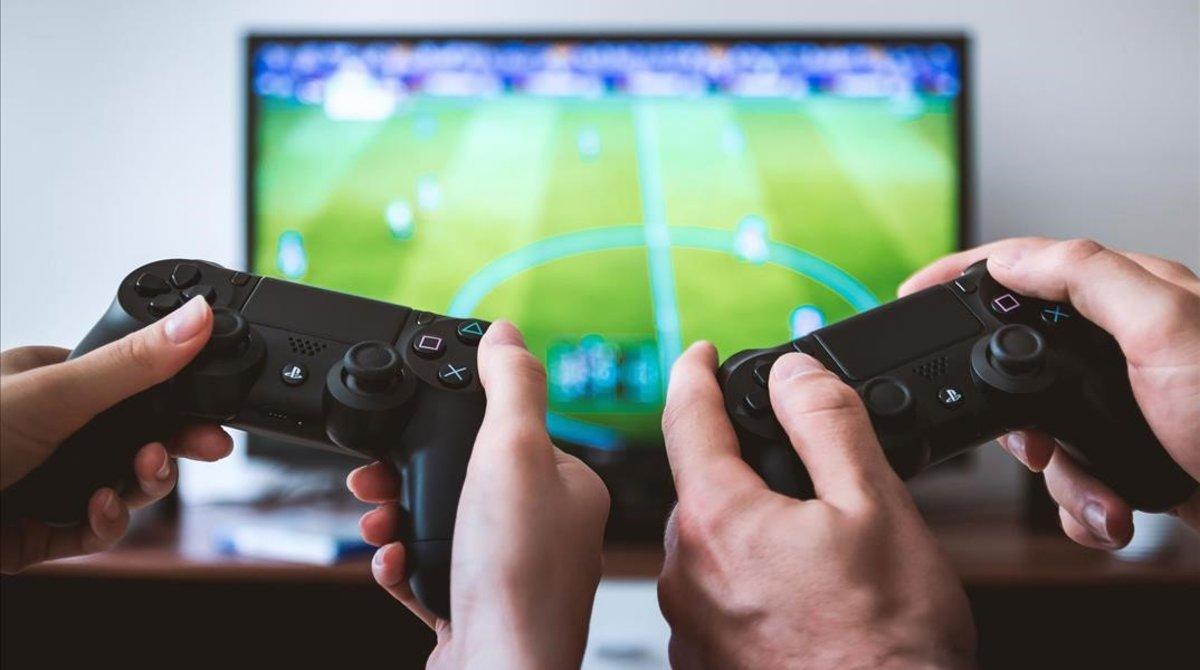 Unos jugadores juegan con la PlayStation 4.