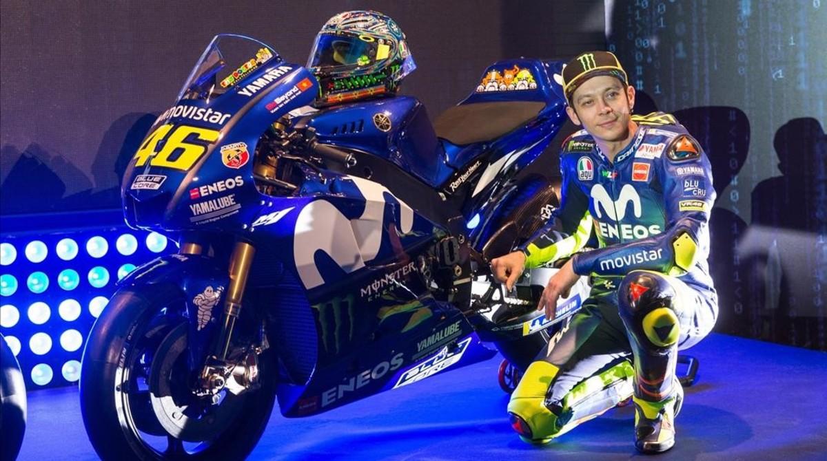 Valentino Rossi posa, el día de la presentación del equipo Movistar-Yamaha, junto a su M1.