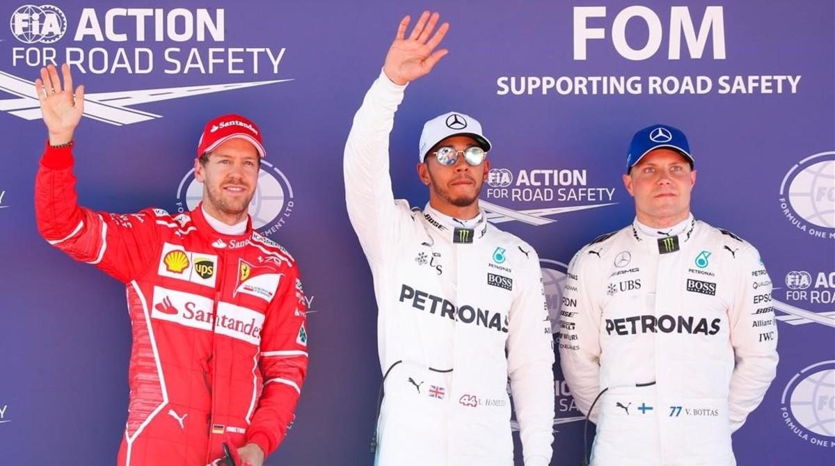Vettel, Hamilton y Bottas saludan al público de Montmeló tras el último ensayo del GP de España.