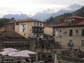 Vista de la localidad cántabra de Potes, con los Picos de Europa al fondo.