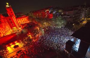 Vista zenital de lescenari i el públic, durant el concert de la Mercè de lany passat, a lAntiga Fàbrica Estrella Damm.
