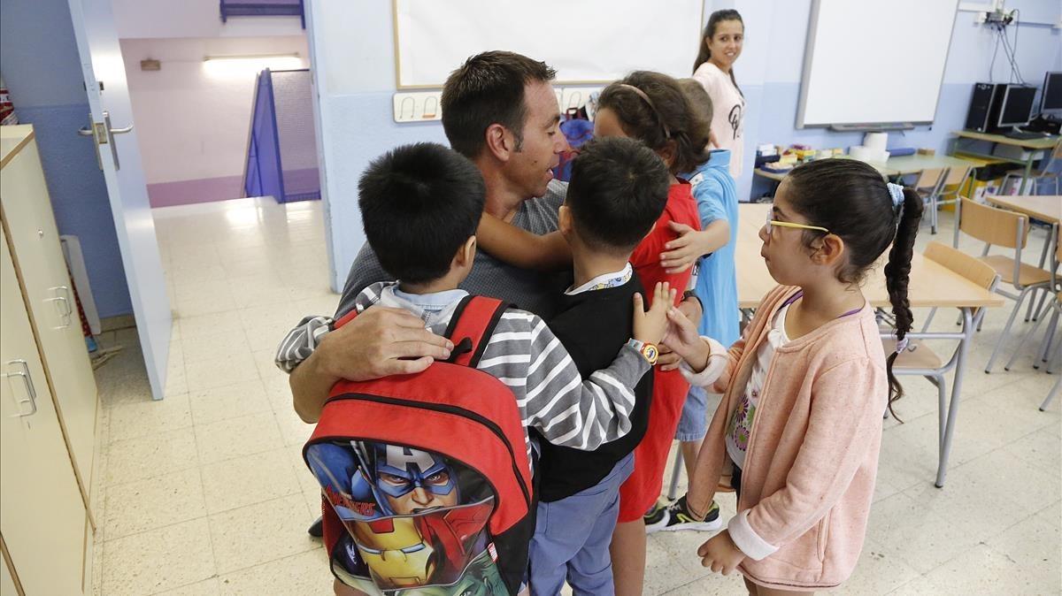 Xavi Garcia recibe a sus alumnos de tercero de primaria, en la escuela El Til.ler de Barcelona.