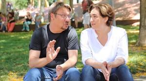 El líder de En Comú Podem, Xavier Domènech, y la alcaldesa de Barcelona, Ada Colau.