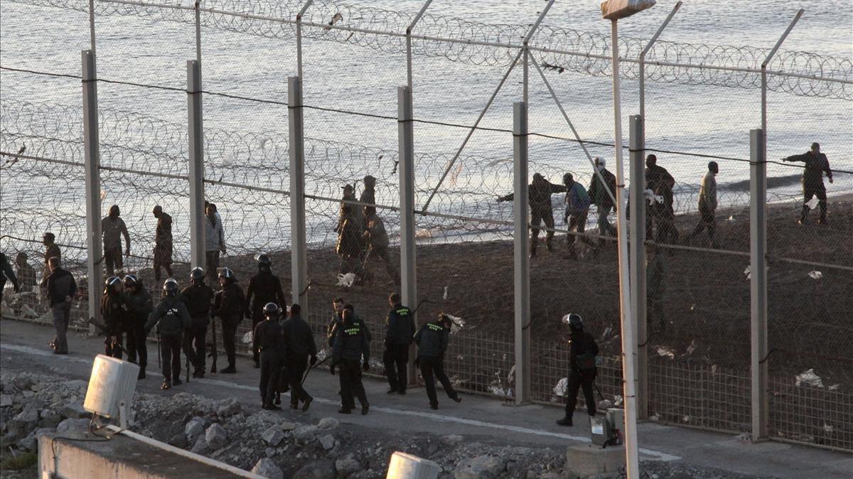 Imagen de la valla de Ceuta, tras el salto de inmigrantes de febrero del 2014.