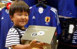 Un niño en una tienda de Tokio.