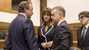 Alfonso Alonso, Idoia Mendia e Iñigo Urkullu, este miércoles, en el Parlamento vasco.