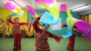 Ensayo en un local de Badalonade miembros delGrup d'Artistes Huaxingpara el desfile del Año Nuevo Chino, el jueves.
