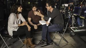 Inma Cuesta y Quim Gutiérrez charlan con Daniel Ecija en el rodaje de 'El accidente'.