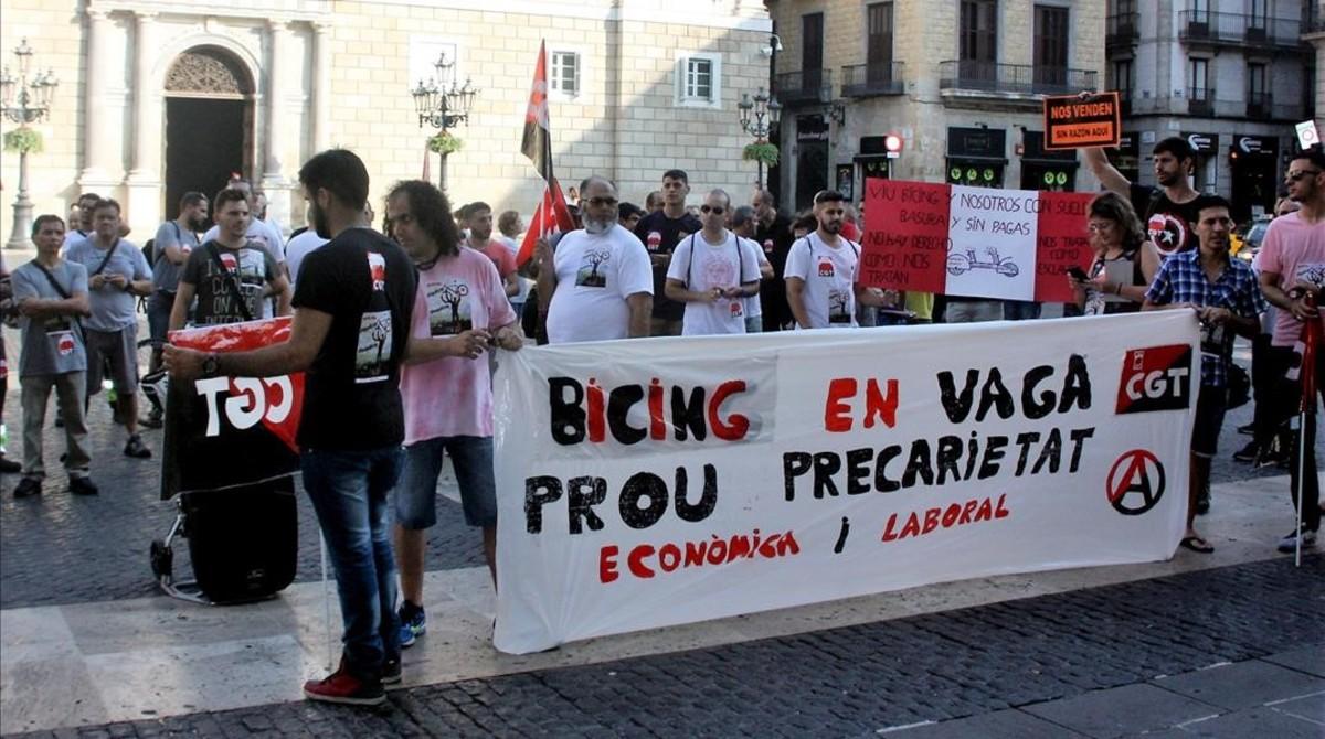 Trabajadores de Bicing durante la protesta en la plaza Sant Jaume, frente al Ajuntamentde Barcelona, el 12 de julio.