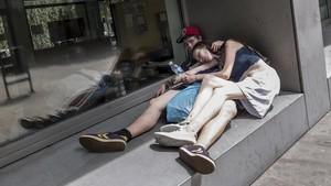 Dos toxicómanos durmiendo en la calle Ramon Berenguer Vell.