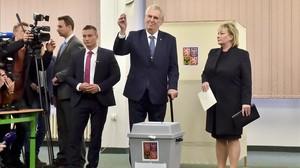 Milos Zeman deposita su voto en las elecciones presidenciales en la República Checa.