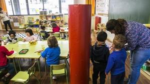 Aspecto de un aula del colegio público Ferran Sunyer de Barcelona, este martes.