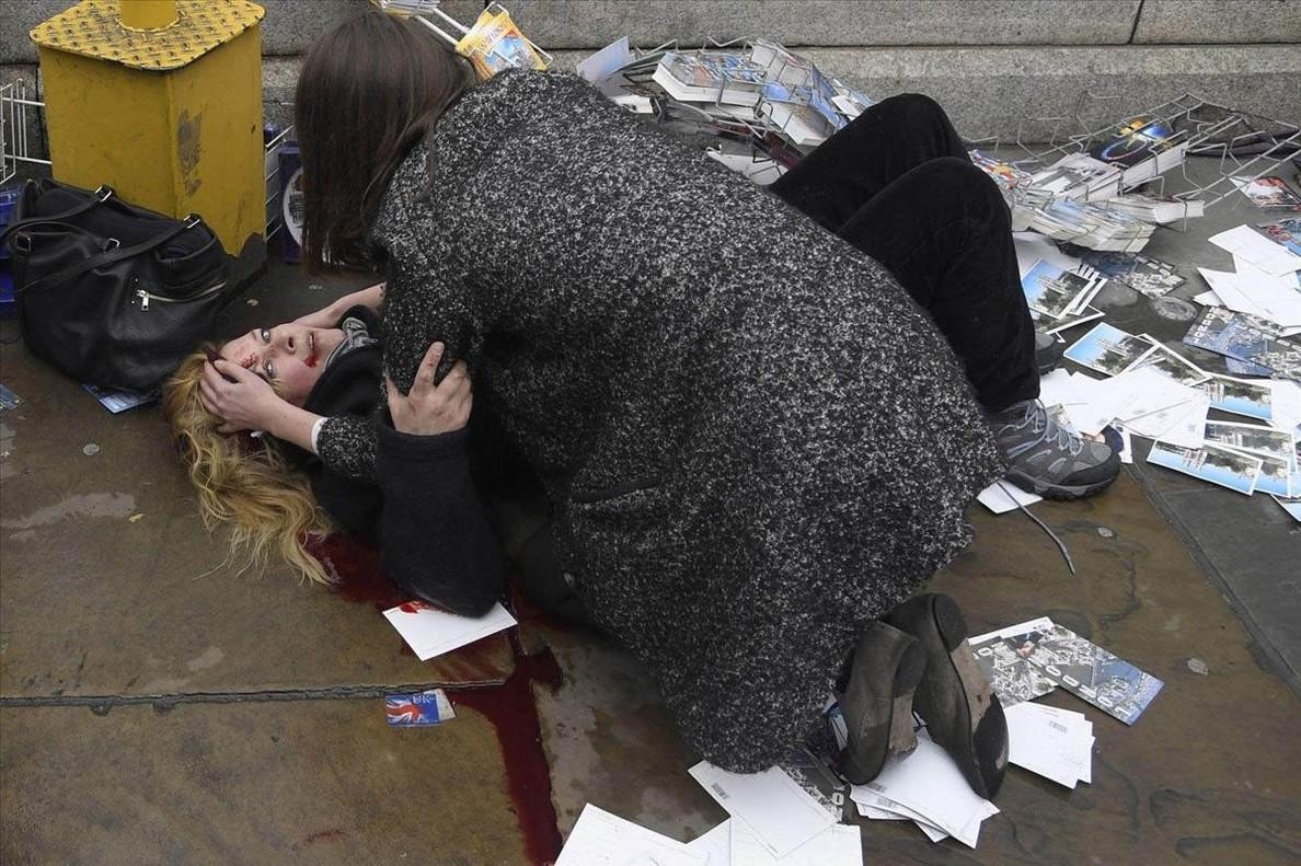 Una mujer consuela a otra heridaen el atentado con atropellomultitudinario en elpuente de Westminster (Londres), en marzo del 2017.