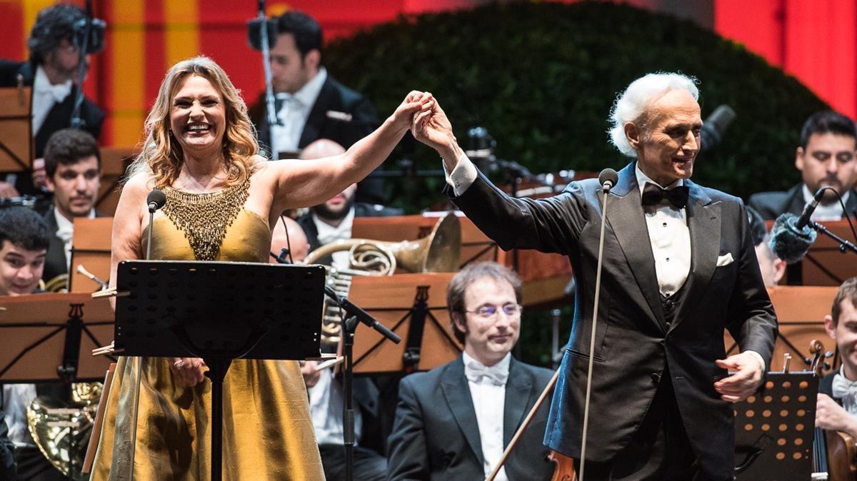 Ainoa Arteta y Josep Carreras, en la inauguración del festival Jardins de Pedralbes, en la noche del miércoles.