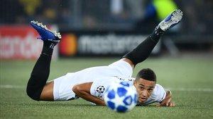 Rodrigo sigue al balón desde el suelo durante el partido Young Boys-Valencia.