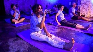 Un momento de la última sesión de Beer Yoga en laFàbrica Moritz Barcelona.