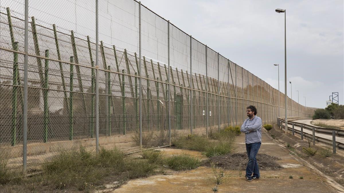El escritor Sergio del Molino, junto a la valla de Melilla, el pasado 23 de octubre.