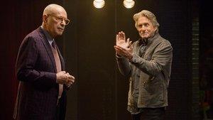 Alan Arkin y Michael Douglas, en la serie de Chuck Lorre 'El método Kominsky'.