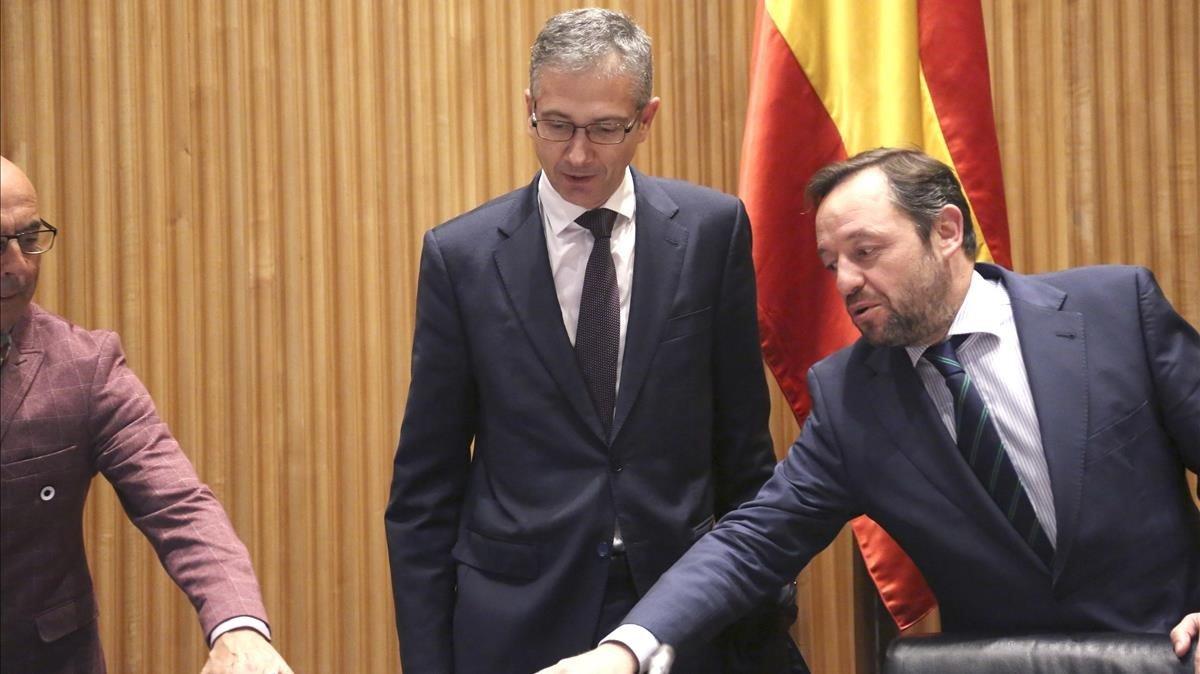 El gobernador del Banco de España, Pablo Hernández de Cos(en el centro), junto al presidente de la Comisión de Presupuestos del Congreso, Francisco de la Torre (derecha de la imagen).