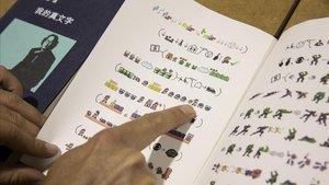 Página del libro Book from the Ground del artista chino Xu Bing, escrito exclusivamente con emoticonos