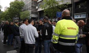 Trabajadores de Nissan concentrados frente al Departament de Treball para presionar a la empresa y pactar unas condiciones favorables para las 600 prejubilaciones que propone la compañía.