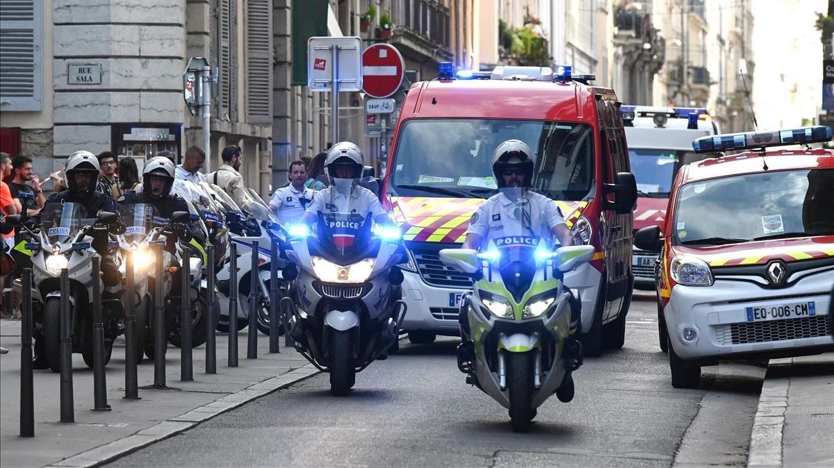 Ambulancias y policías evacuando a los heridos tras la explosión.