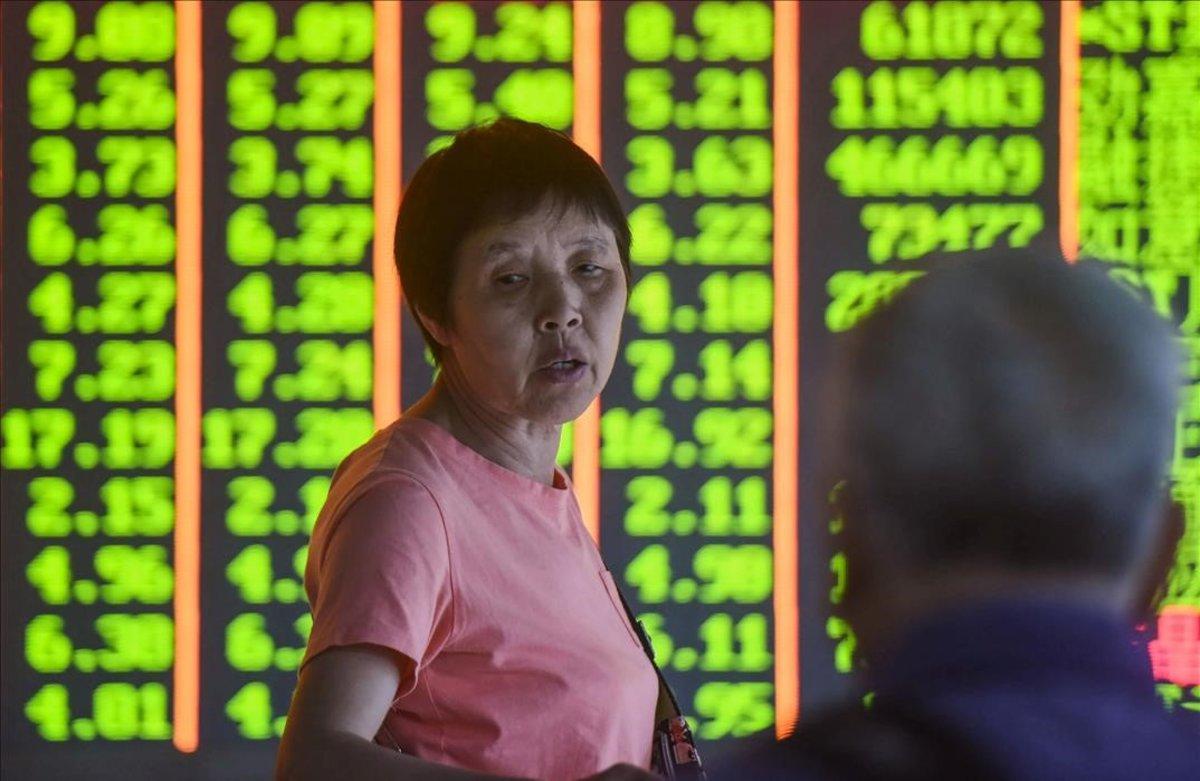 Paneles de cotizaciones de la Bolsa China en un sociedad de inversión de Hangzhou.