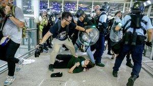 La policia entra a l'aeroport i s'enfronta amb els activistes a Hong Kong